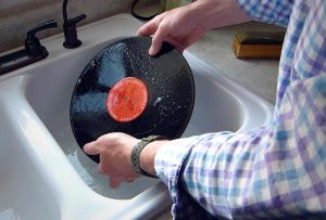 Fregando un disco de vinilo
